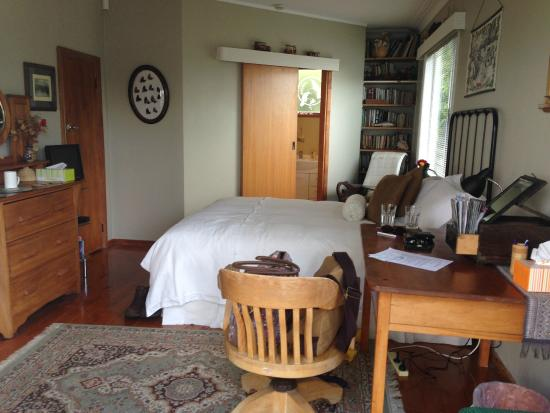 Shula's Lake House: Our bedroom (Tui suite)