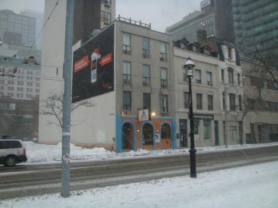 Hostelling International Toronto: Frente do Hostel