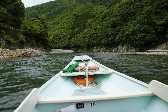 Doro River Valley : 途中の川が浅く流れも早いので小型の和船ではないと行けません