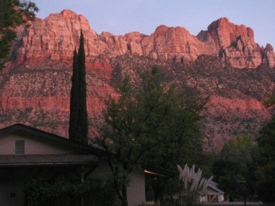 Red Rock Inn Bed and Breakfast Cottages: The view from the sitting area above the cottages