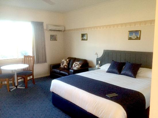 Southern Cross Motor Inn : Large room and bed