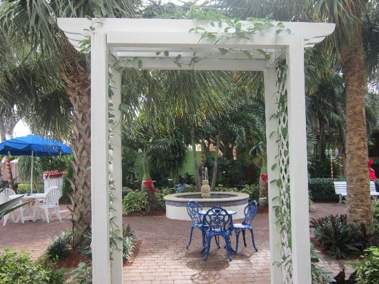 Ramada Plaza Fort Lauderdale: Outside Courtyard