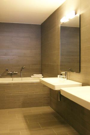 Badkamer Junior Suite - Picture of Van der Valk Hotel Arnhem ...