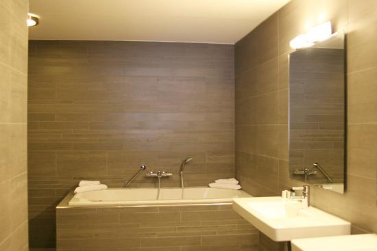 Badkamer Junior Suite - Picture of Van der Valk Hotel Arnhem, Arnhem ...
