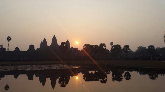 Angkor Wat Tour Guides : Sunrise at Angkor Wat