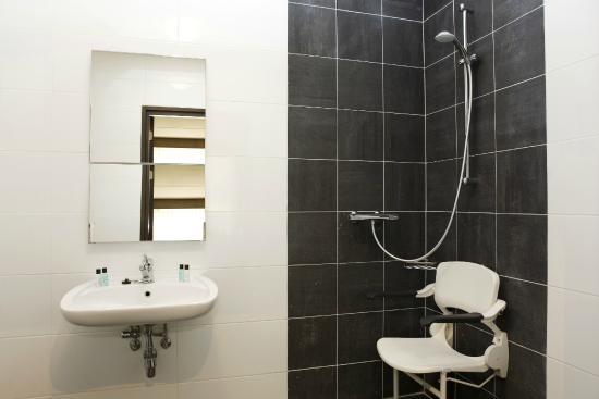 Badkamer mindervaliden - Foto van Van der Valk Hotel Arnhem, Arnhem ...
