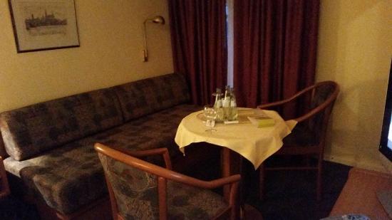 Hotel Scheffler: dunkel, ungemütliche Sitzecke