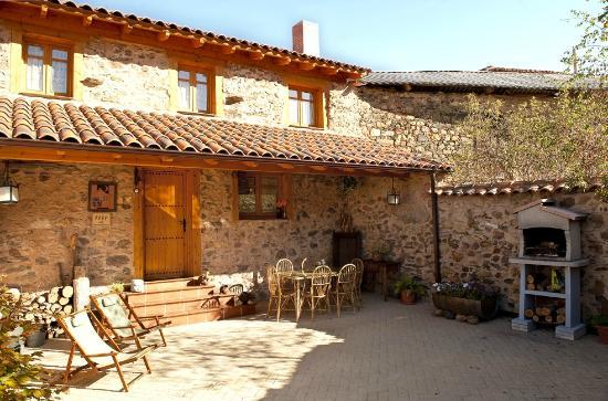 Patio con barbacoa hamacas y mobiliario de jardin for Casas rusticas con jardin