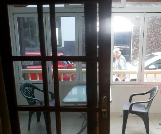 Apartamentos Juan Benitez: People walking right past the window