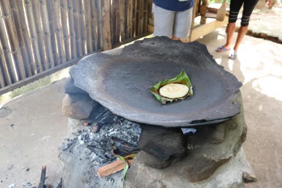 Carib Cultural Village by the Sea (Kalinago Barana Aute) : cusiion des kassavs