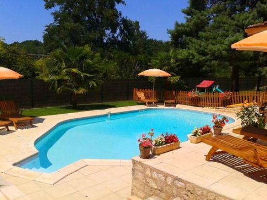 Le Domaine de la Dame Blanche: Espace détente autour de la piscine