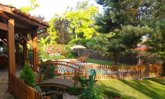 Le Domaine de la Dame Blanche: Vue du petit pont sur la piscine