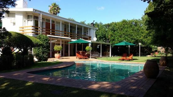 Le Roux's Guest House: Pool area in the garden