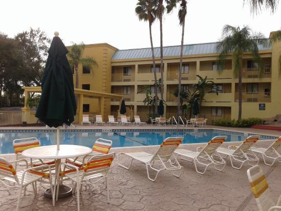 Piscina Ampla E Com Boa Estrutura De Cadeiras E Mesas Picture Of La Quinta Inn Tampa Near