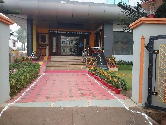Hotel Shakti International: Front side.