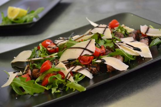 Osteria Spacciodivino: tagliata di Angus con rucola,datterini, grana e glassa di balsamico