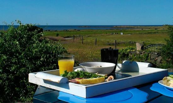 Grimsholmen Bed & Breakfast By The Sea: Frukost ute en vacker sommarmorgon