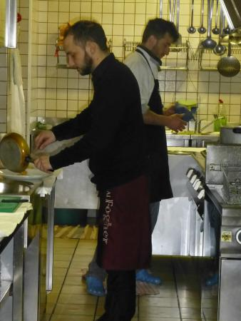 kochender Kellner (Bruder des Besitzers)