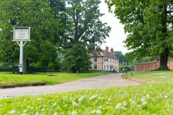 The Bucks Arms : Aproaching the Buckinghamshire Arms near Blickling Hall