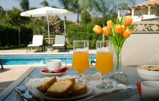 Mamfredas Resort: Breakfast by the pool?!