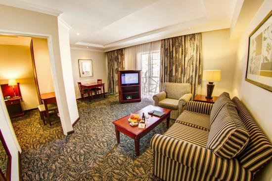 Courtyard Hotel Sandton: Lounge area in one bedrrom suite