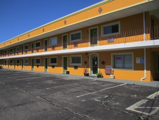 Travel Inn & Suites: Exterior