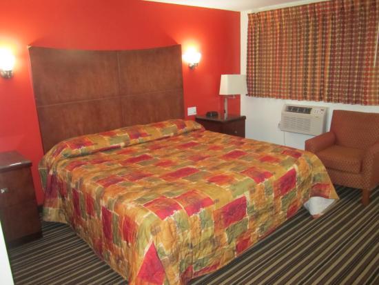 Travel Inn & Suites: King Bed