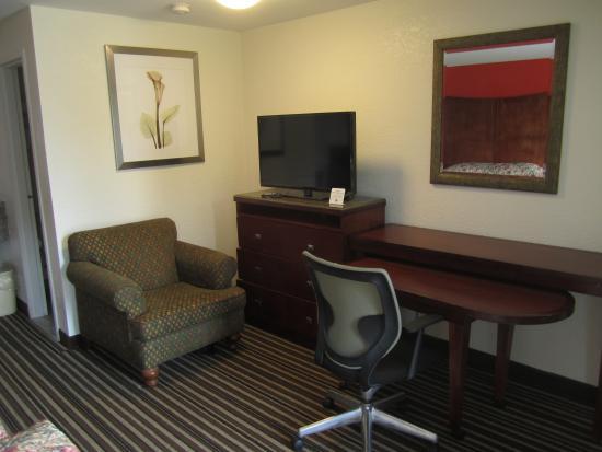 Travel Inn & Suites: 40 inch LED TV