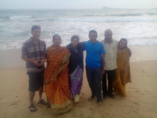 Pigeon Island View Beach Guest House : Families at the Beach