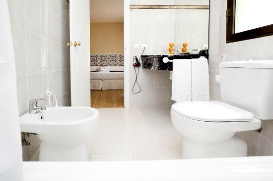 Apartamentos Golf Place: Baño de la habitación principal