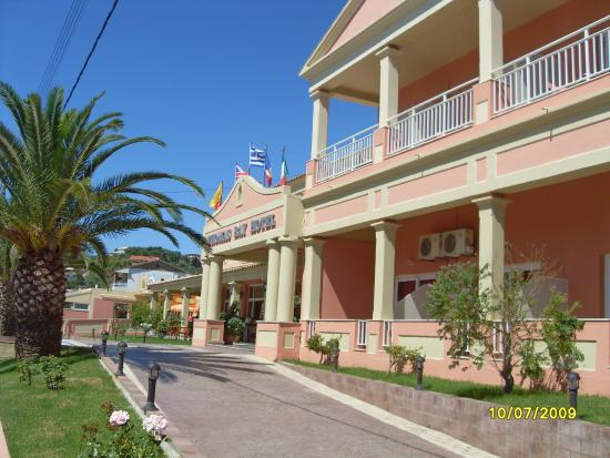 Thomas Bay : Front of hotel