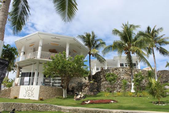جيه آند أر رزيدنس: View of the hotel from the beach.