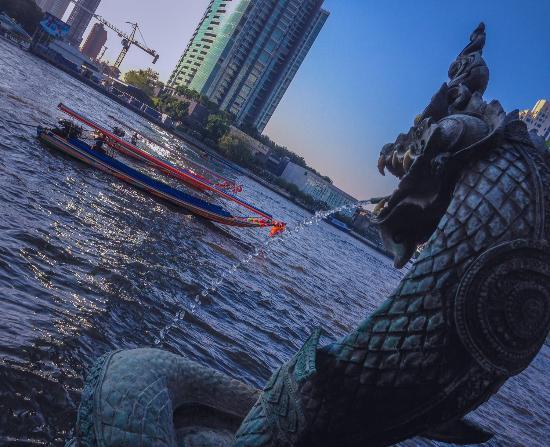 Shangri-La Hotel,Bangkok: Shangri-La serpent overlooks river