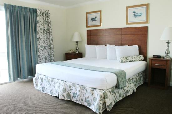 Sunrise Motel: King room with butler's pantry