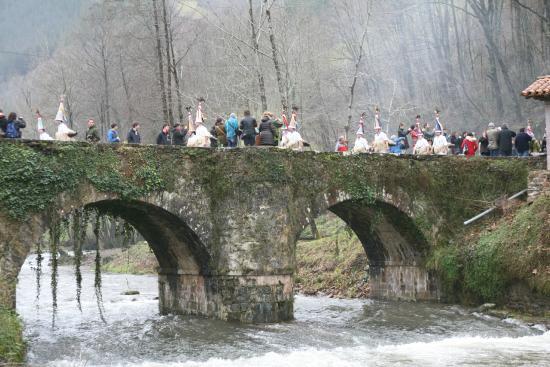 Zubieta, Spain: La comparsa atraviesa el puente