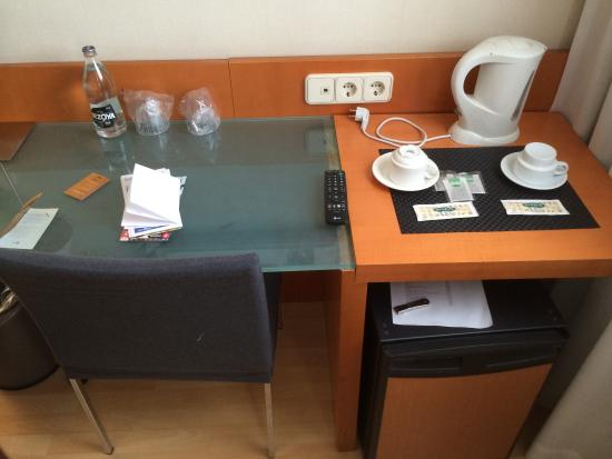 Silken St. Gervasi Hotel: The table in our room