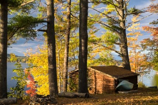 Sunset Lodge: Boathouse and lake