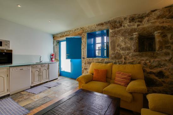 Sala y cocina apartamento - Picture of Budino de Serraseca, Oia ...