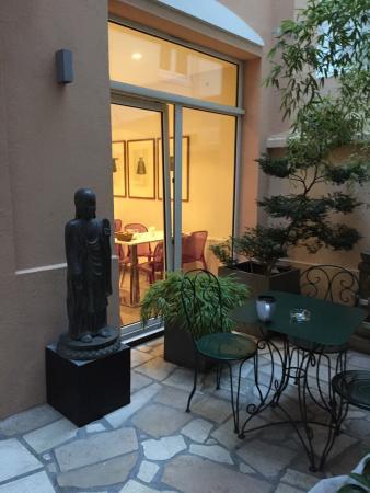 Aberotel Montparnasse: Cour intérieure avec vue salle petit déjeuner