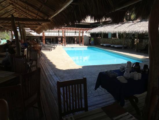 Hotel Coco Beach & Casino: piscine et salle à manger... l'un collé sur l'autre