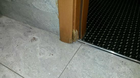 Silken Puerta Madrid: Marcos desconchados en el baño