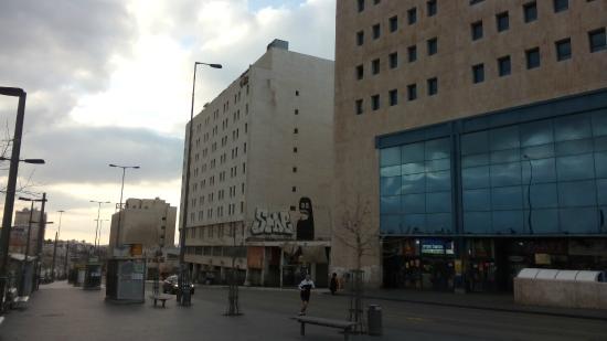 Jerusalem Gold Hotel: Hotel (links) en busstation