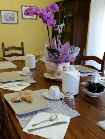 Al Teatro: il tavolo per la colazione collettiva con orchidee