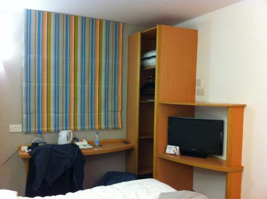 Ibis Styles London Excel: T.v. And coffee station