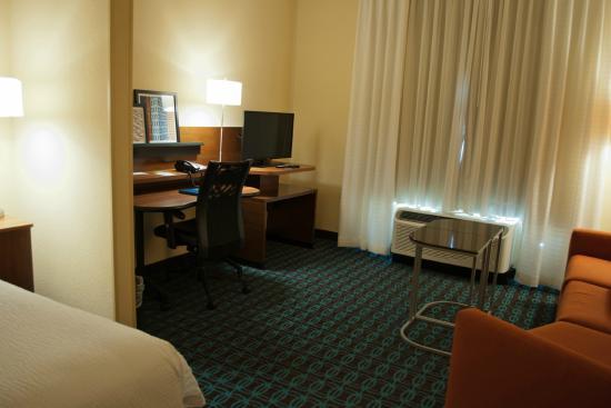 Fairfield Inn & Suites Oklahoma City Yukon : Room 200 Living Room Office/TV area