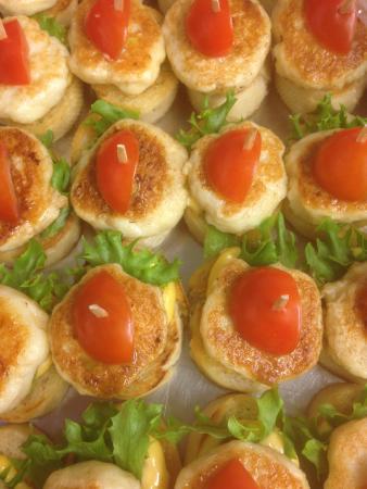 Batsfjord, Noruega: Tapas hysekake på sprøstekt rosmarinbrød med cherry tomat
