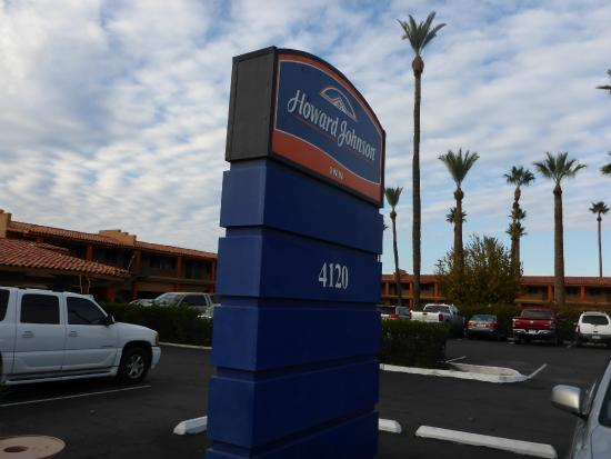 Howard Johnson by Wyndham Phoenix Airport/Downtown Area: View from road
