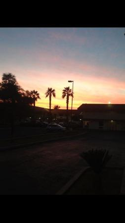 Super 8 Phoenix Metro North: Perfect sunset at our motel