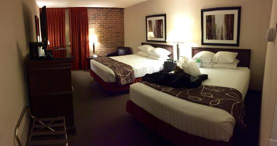 Drury Inn Kansas City Shawnee Mission: The TV height was perfect from the very soft bed!
