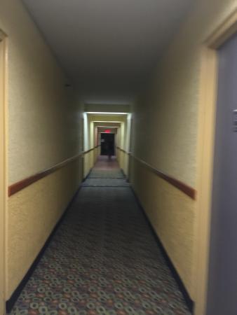 Howard Johnson Hotel Ponce PR: View of the rundown carpeting the hallway